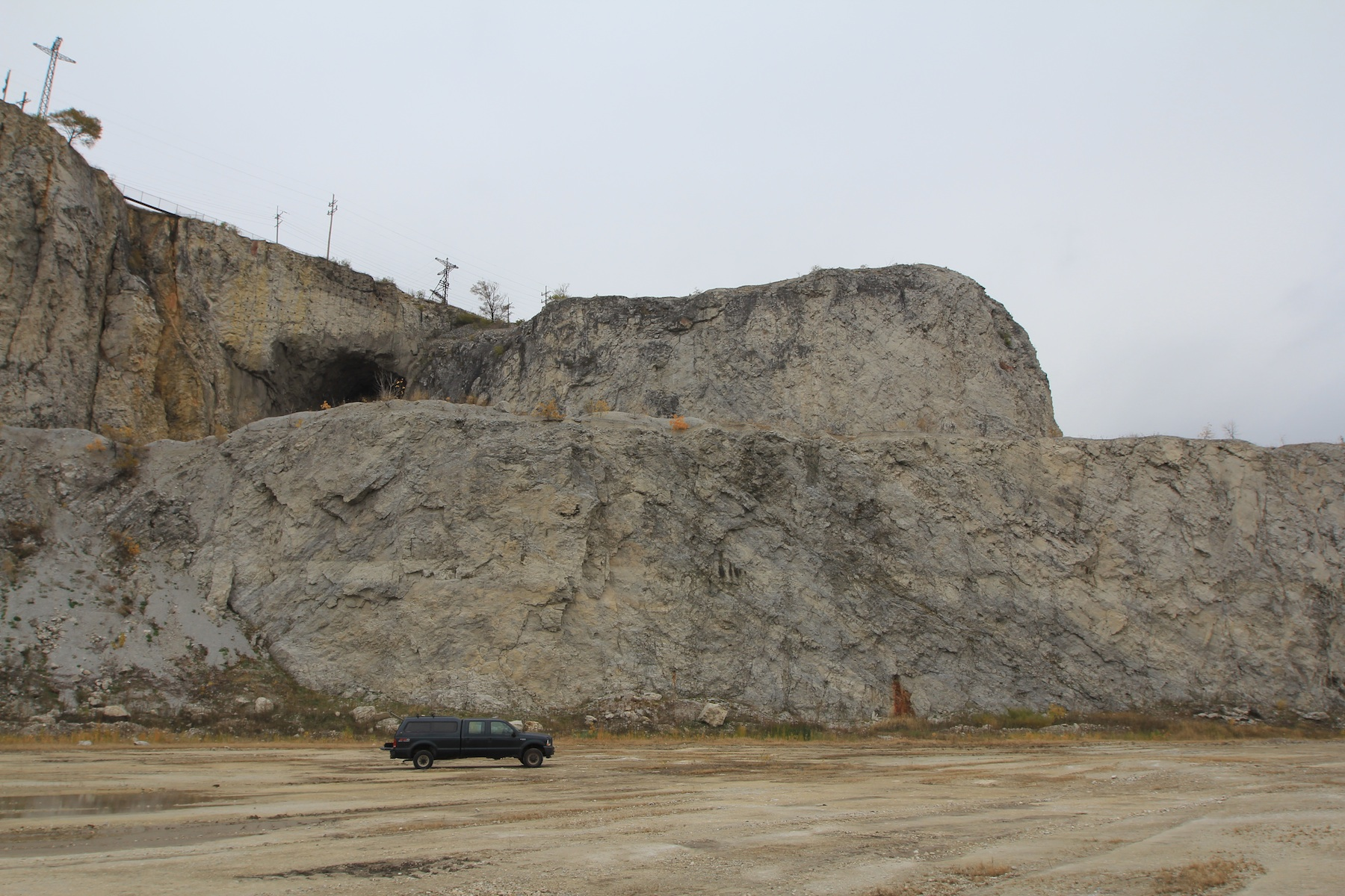 A silurian reef at Thornton Quarry, Illinois, Reef Core with Flank beds dipping to both sides. Pickup truck for scale.